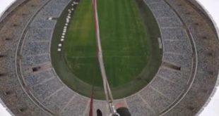 Экстремал ЖАРдаги стадионда 88 метр баландликдан арқонда пастга сакради