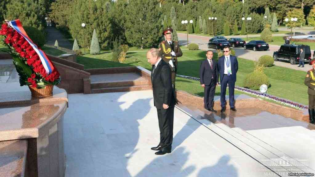 Владимир Путин Мустақиллик ва эзгулик монументига гул қўйди, 19 октябрь, 2018 йил
