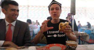 Америкалик блоггер Чорсуда сомса емоқда.