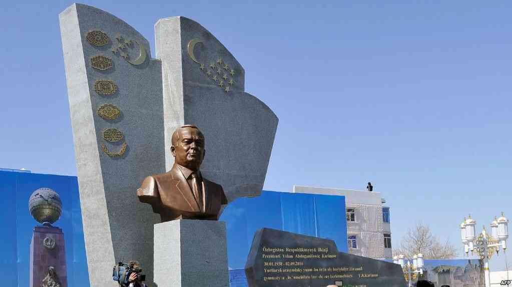 Памятник бывшему президенту Узбекистана Исламу Каримову в Туркменабаде, 7 марта 2017 года.